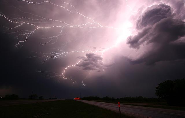 blesky nad silnicí