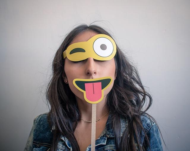 obličej z částí emoji.jpg