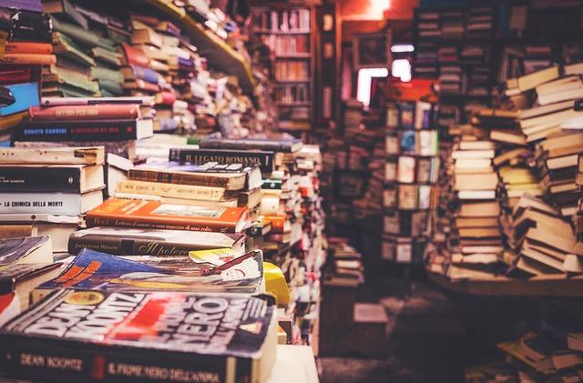 přeplněné knihkupectví