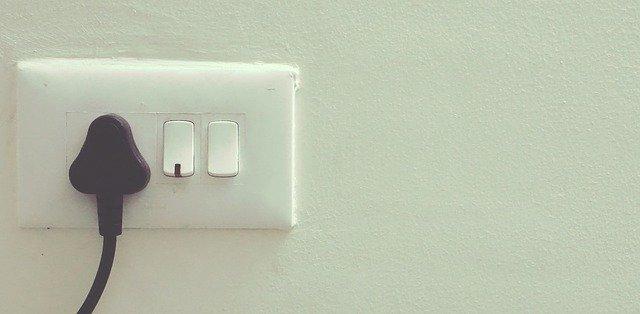 stará bílá zásuvka na bílé stěně.jpg