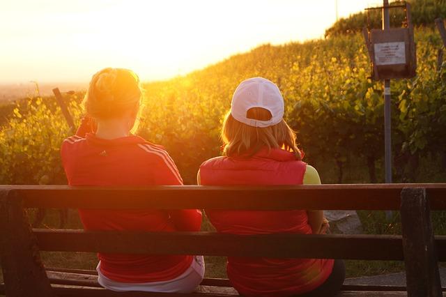 kamarádky na lavičce