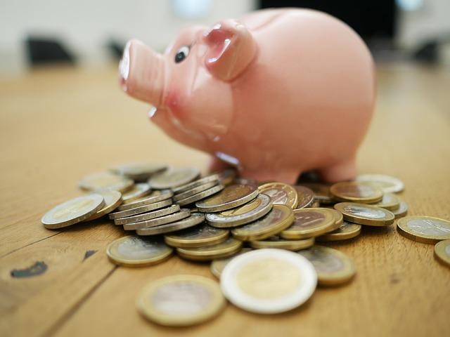 spoření, pokladnička, prasátko a mince