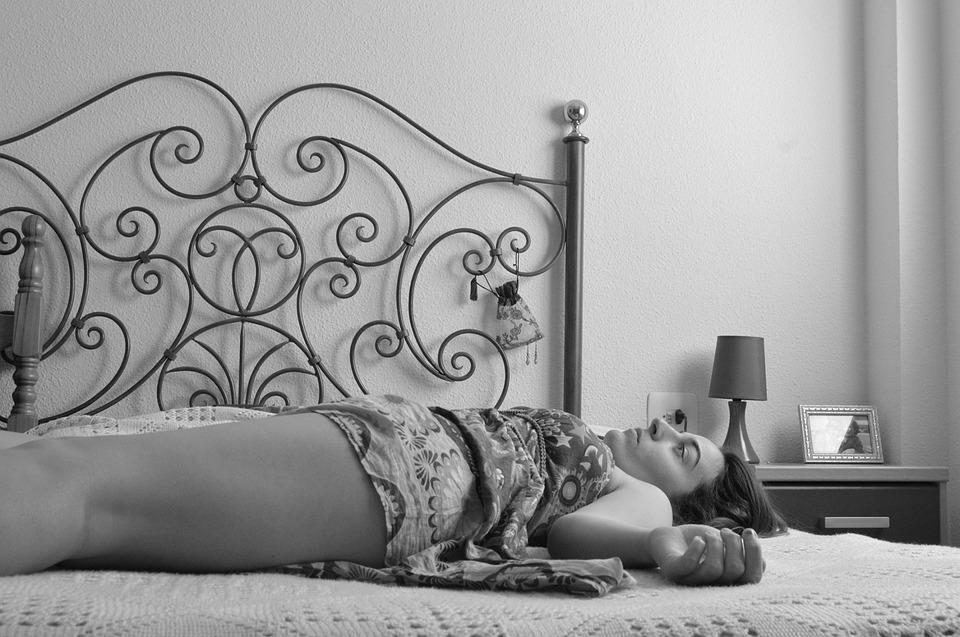 ležení v posteli